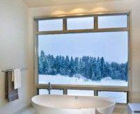 Окно в ванной комнате, примеры интерьеров