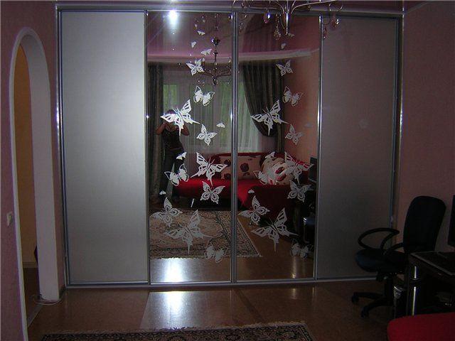 Шкаф-купе с зеркалом (119 фото): зеркальный угловой, встроен.