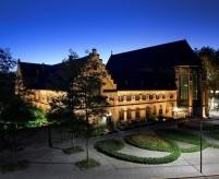Интерьеры современного отеля в готическом монастыре Крозье